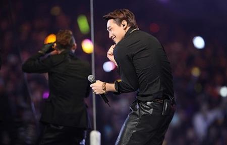 Chàng ca sĩ mắt một mí nhận được những tràng pháo tay của người hâm mộ