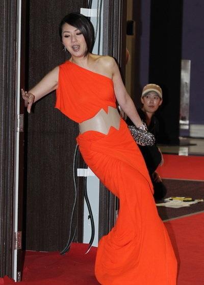 Dương Thiên Hoa, ngôi sao điện ảnh của Hồng Kông, suýt ngã trên thảm đỏ vì đuôi váy quá dài.