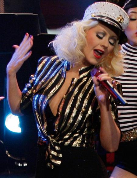 Nữ ca sĩ 33 tuổi biểu diễn trong chương trình