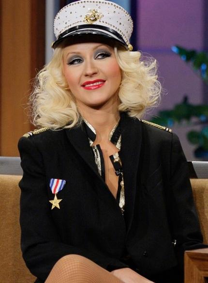 Christina Aguilera diện quần chẽn và giày cao gót tới tham gia buổi phỏng vấn cùng MC Jay Leno.