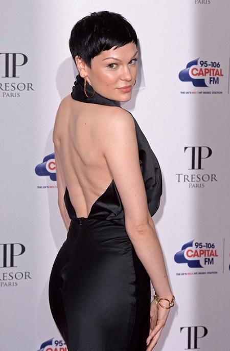 Chiếc váy của Jessie gợi cảm vừa đủ.