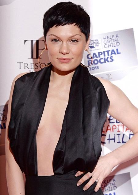 Gương mặt trang điểm theo phong cách tự nhiên càng khiến Jessie J thêm quyến rũ.