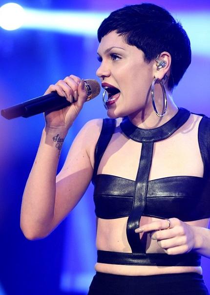 Jessie thay sang một bộ trang phục khác cá tính và nổi loạn để trình diễn trên sân khấu.