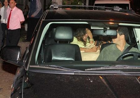 Hai cô gái ở nhà thổ lên xe để theo Justin Bieber về ngôi biệt thự riêng mà anh chàng thuê ở Rio