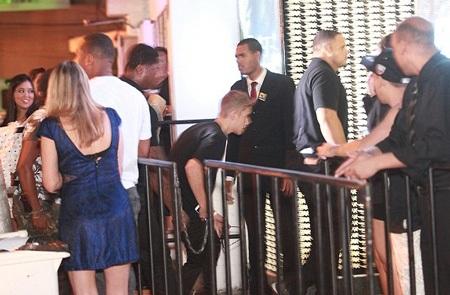 Tối 3/11, Justin ghé vào một câu lạc bộ đêm ở Brazil để giải trí