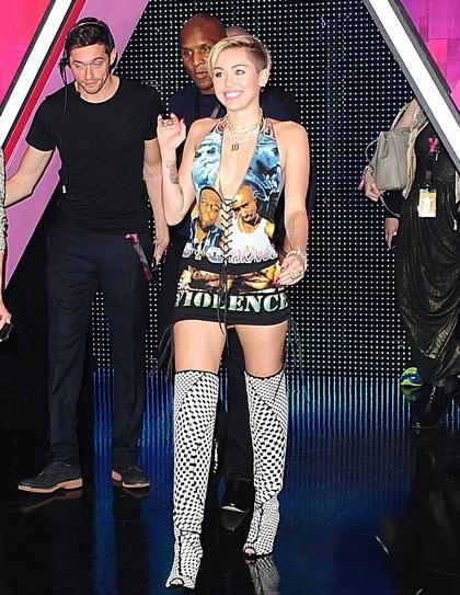 Miley tươi tắn tới dự lễ trao giải