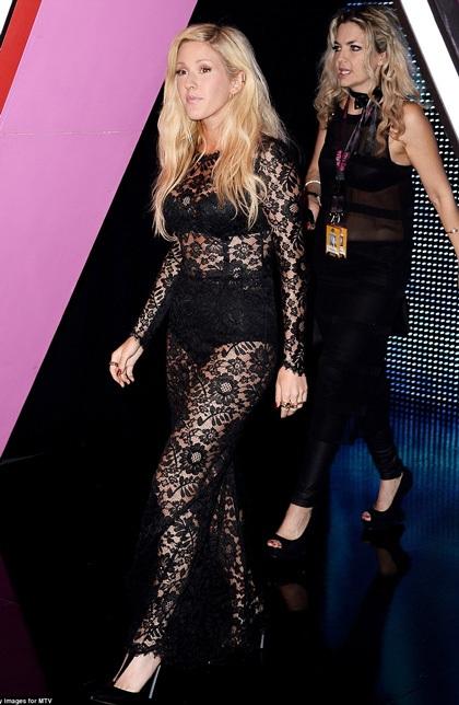 Nữ ca sĩ Ellie Gouding táo bạo với trang phục xuyên thấu