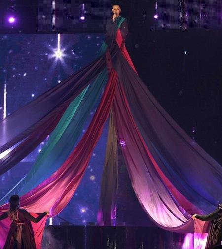 Sau đó, cô có màn xuất hiện ấn tượng trên sân khấu