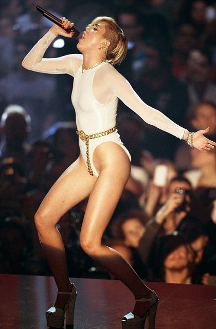 Miley Cyrus lại gây choáng trên sân khấu MTV châu Âu