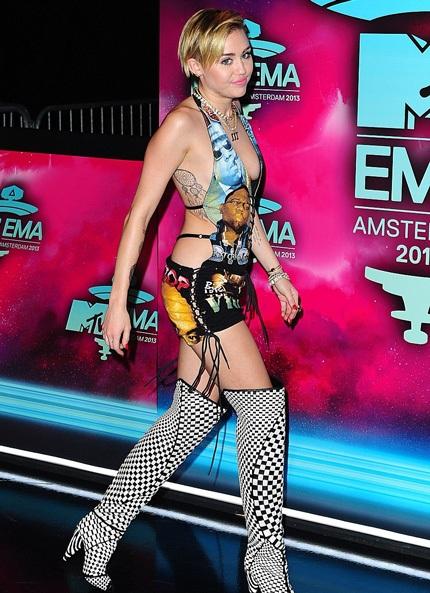 Miley tạo dáng gợi trên thảm đỏ trước khi bước vào trong khán phòng