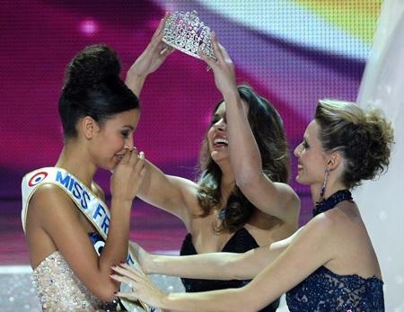 Người đẹp 19 tuổi bật khóc vì xúc động trong giây phút đăng quang.