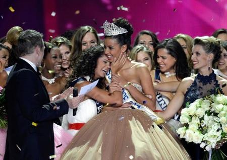 Cô nhận lời chúc mừng của các thí sinh khác.