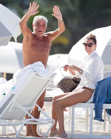 Nhà thiết kế 73 tuổi hạnh phúc bên bạn gái tuổi đôi mươi