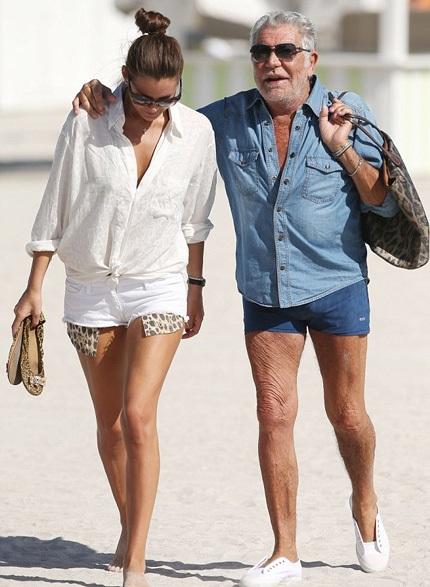 Roberto Cavalli hạnh phúc khoác vai bạn gái đi dạo trên bãi biển, cặp đôi này đã có 2 năm gắn bó.