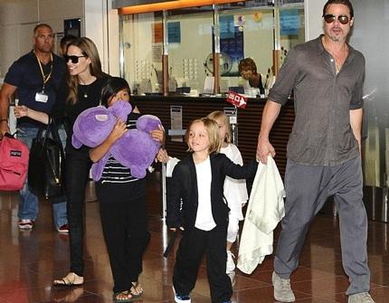 Angelina Jolie và Brad Pitt đưa các con đi mua sắm tại cửa hàng giảm giá nhân dịp Giáng sinh.