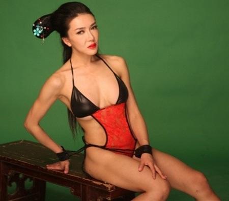 Tân Phan Kim Liên tung ảnh mặc bikini để mừng Giáng sinh