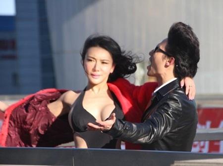 Cung Hiểm Phi là người mẫu minh họa trong một clip ca nhạc.