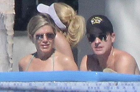 Trong ngày tiếp theo, Jennifer Aniston tiếp tục diện bikini tắm nắng cùng chồng tương lai.