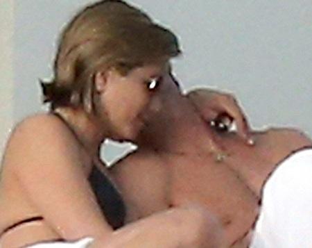 Jennifer Aniston tình tứ bên chồng tương lai