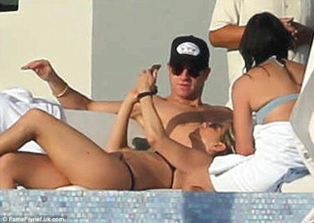 Jennifer và Justin thư thái bên nhau, cả hai liên tục thầm thì to nhỏ.