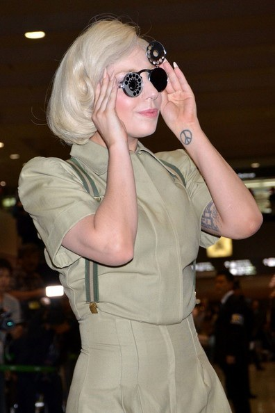 Lady Gaga tạo dáng bên những bức tượng chân dung nhiều sắc thái của cô.