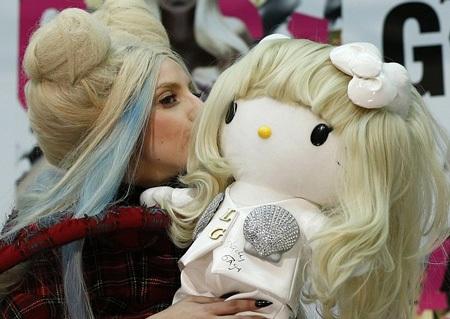 Nữ ca sĩ của Just Dance tỏ ra thân thiện với người hâm mộ và báo giới Nhật.