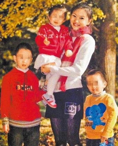 Vợ hiện tại của Trương Nghệ Mưu bên ba đứa con của hai người, hai trai và một gái.