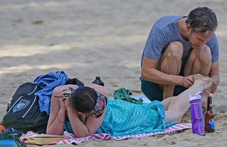 Adam Shulman cẩn trọng xem lại vêt thương ở chân của vợ sau khi đặt một nụ hôn lên đó