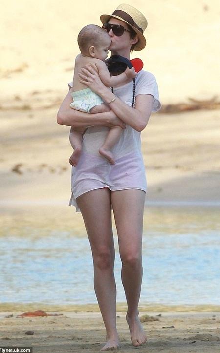 Nữ diễn viên xinh đẹp tỏ ra là một bà mẹ chu đáo và cẩn trọng
