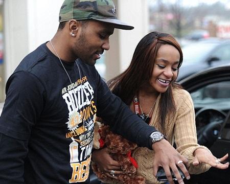 Đôi vợ chồng trẻ khoe nhẫn cưới với mọi người