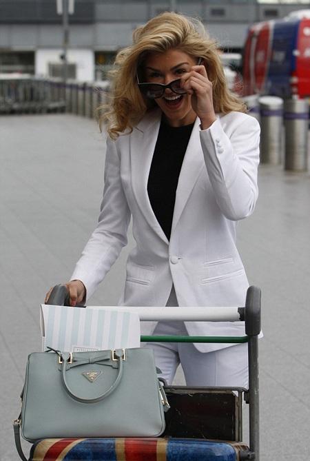 Xuất hiện tại sân bay với trang phục kín mít, Amy cũng không thoát khỏi tầm ngắm của giới săn tin.