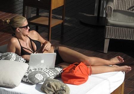 Người đẹp 21 tuổi khoe thân hình nóng bỏng trong bộ áo tắm màu đen.