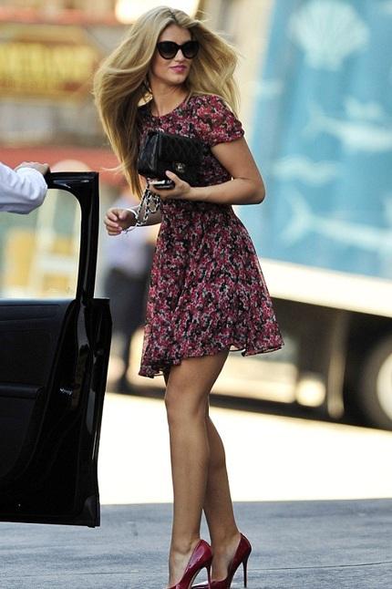 Amy thanh lịch và trẻ trung xuống phố với váy hoa