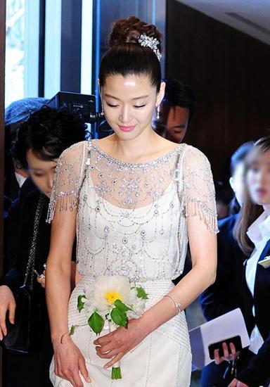Jeon Ji Hyunđích thânlàm bánh mừng sinh nhật bà ngoại của chồng