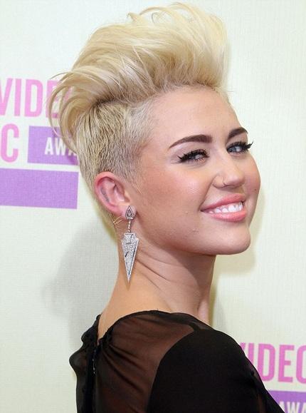 Trước Natalie, ca sĩ Miley Cyrus cũng từng gây sốc với kiểu tóc cạo nửa đầu này.