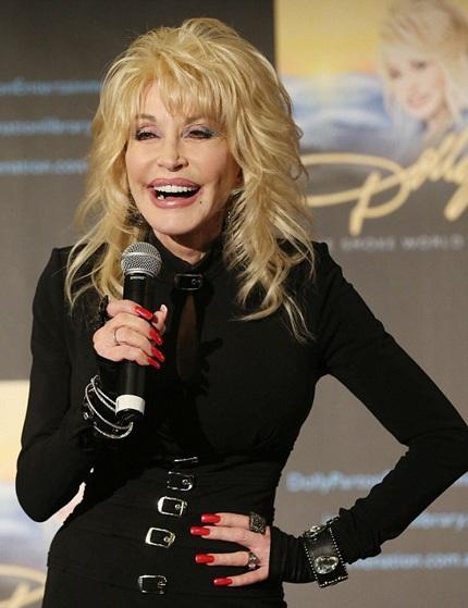 Bà Dolly Parton, 68 tuổi, xuất hiện tự tin và thu hút trong buổi họp báo tại Úc, ngày 10/2