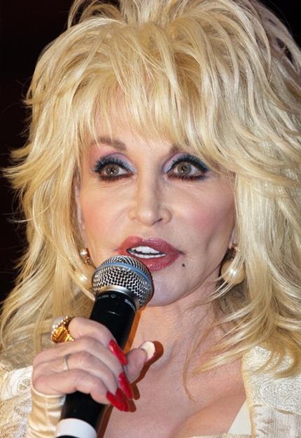 Gương mặt bị dao kéo thẩm mỹ can thiệp nhiều của bà Dolly dần mất đi nét tự nhiên