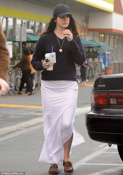 Lana Del Rey để lộ chiếc nhẫn đính hôn màu xanh ngọc