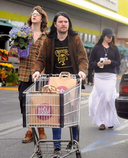 Ngôi sao ca nhạc cùng đi mua sắm với chồng và em chồng, ngày 6/2 vừa rồi
