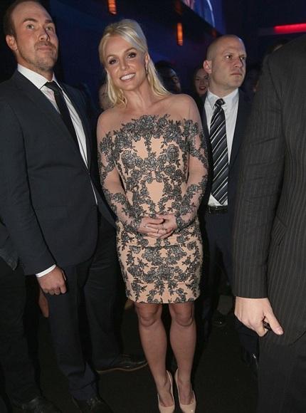 Britney Spears xinh đẹp sánh đôi cùng bạn trai nhận giải thưởng
