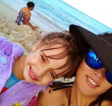 Hoa hậu Monica và con gái - Maya. Cô bé bị bọn cướp bắn bị thương ở chân.