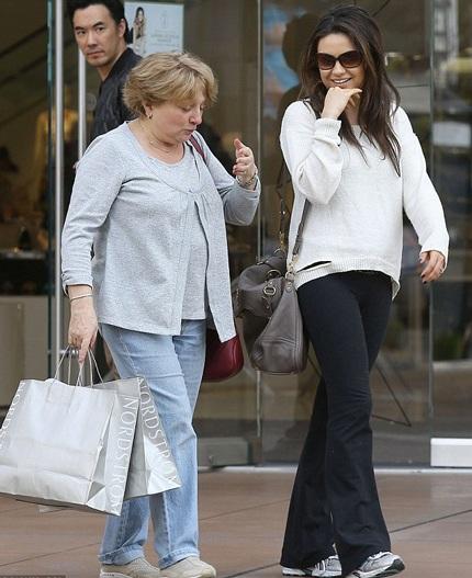 Mila Kunis để lộ nhẫn đính hôn bằng kim cương khi đi mua sắm cùng mẹ ruột, ngày 27/2.