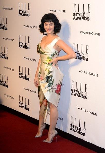 Cô diện váy hoa gợi cảm và quyến rũ của nhãn hiệu Vivienne Westwood.
