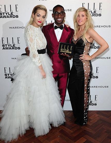 Rita Ora (trái) và Ellie Goulding (phải) chúc mừng Tinie khi anh nhận giải