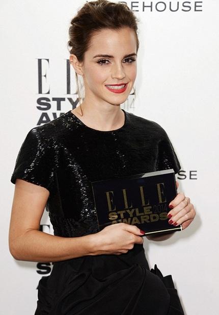 Emma Watson trông rất thanh lịch với đầm đen và tóc vấn. Cô nhận giải Nữ diễn viên của năm.