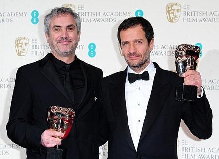 Đạo diễn Alfonso Cuaron (trái) và David Heyman ôm giải thưởng Bộ phim tiếng Anh hay nhất dành cho