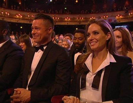 Angelina Jolie và Brad Pitt trông rất tình tứ tại lễ trao giải