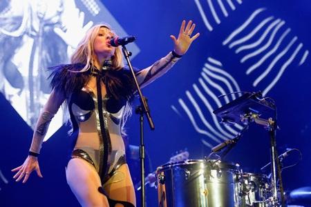 Ellie Goulding biểu diễn trên sân khấu O2 Arena, London, Anh tối 10/3.