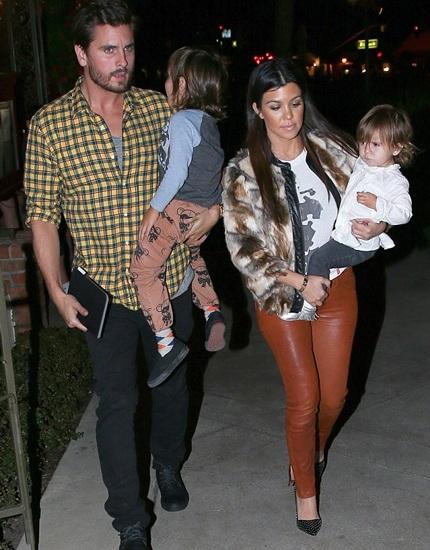 Kourtney và Scott cùng hai đứa con.