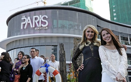 Paris Hilton tạo dáng duyên dáng và thanh lịch trong buổi khai trương câu lạc bộ đêm